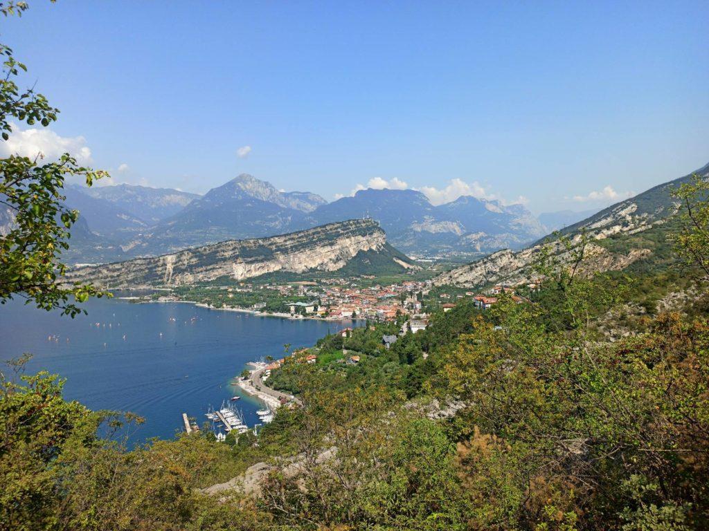 Widok na Torbole i Jezioro Garda ze szlaku Busatte-Tempesta